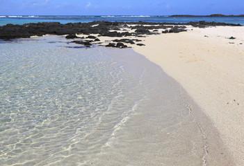 plage sauvage et déserte de l'île maurice