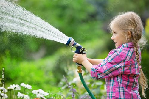 Mädchen spielt mit Gartenschlauch - 81801496