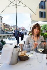 Donna al tavolo sul molo