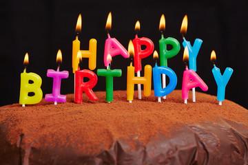 Happy Birthday Kerzen brennen auf Kuchen