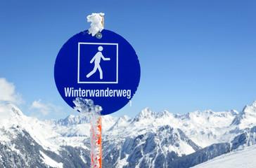 Winterwanderweg Winterwandern Schild mit Bergpanorama Vorarlberg