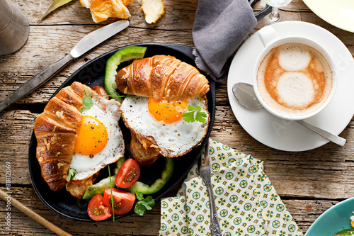 Foto op Aluminium Egg Frühstuck Croissant und Spiegelei