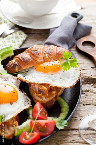 Frühstuck Croissant und Spiegelei  - 81812634
