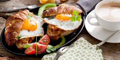 Frühstuck Croissant und Spiegelei