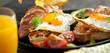 Leinwanddruck Bild - Frühstuck Croissant und Spiegelei