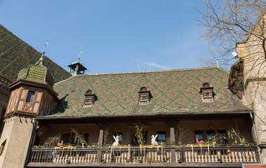 Maison ancienne décorée pour pâques