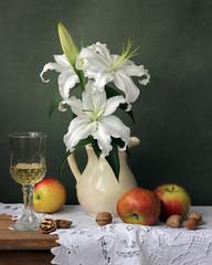 Лилия. Натюрморт с лилиями и яблоками.