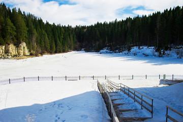 берег реки зимой