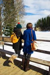 девушки зимой стоят у реки