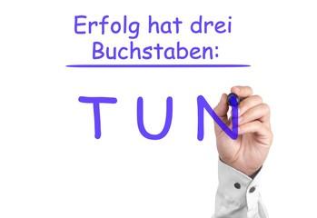 Erfolg = TUN /  Motivations-Zitat auf Glasscheibe