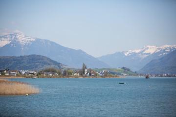 Zürichsee mit kleiner Kirche