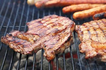 Fleisch und Würstchen auf dem Grill