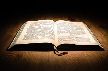 Bibel Buch auf Tisch