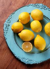 mucchio di limoni sul piatto azzurro