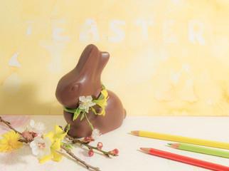 Coniglietto di Pasqua con fiori di primavera e matite colorate