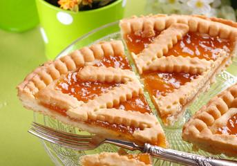 crostata di pasta frolla con confettura di albicocca