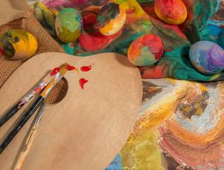 Uova dipinte con pennelli su tela e carta colorata