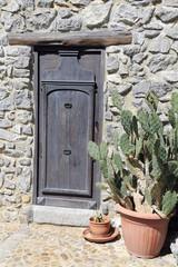 Alte Eingangstür eines Haus im mittelalterlichen Cefalu Sizilien