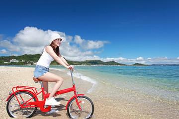 コマカ島の美しいビーチと女性