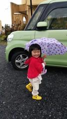 初めて自分で傘をさす女の子
