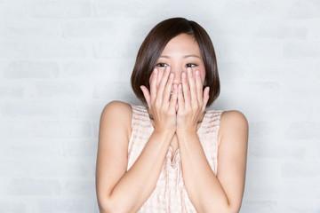 顔を手で覆う女性