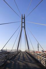 Пешеходный подвесной мост в городе