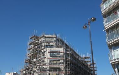 Immeuble avec échafaudage, ciel bleu