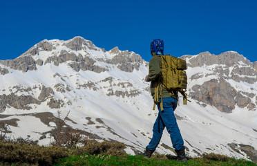 karlı dağlar ve zirveye doğru adımlamak