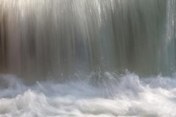 Caída de agua en el río.