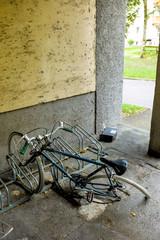 Kaputtes Fahrrad im Fahrradständer,