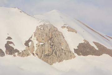 Alta montagna coperta dalla nebbia