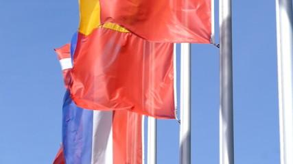 Europäische Fahnen im Wind vor blauem Himmel, Zeitlupe