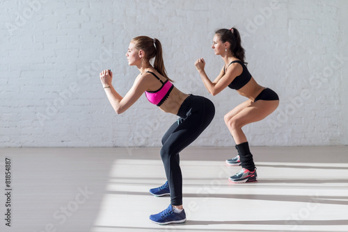 Papiers peints Fitness Tough stamina training for two young stunning fitness models