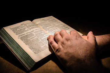 Buch mit Händen