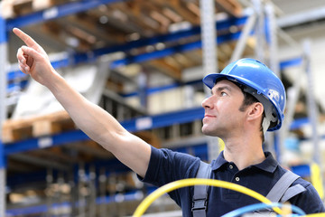 Bauarbeiter zeigt Richtung in der Industrie