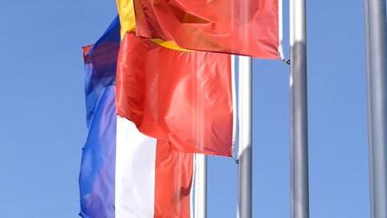 Fahnen europäischer Länder flattern im Wind, Zeitlupe