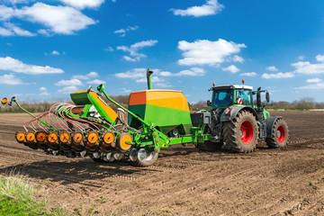 XXX - Traktor mit Einzelkornsämaschine und Düngung - 9693