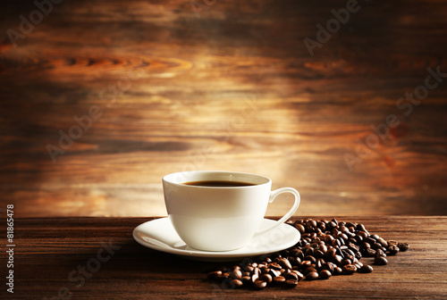 Poster Koffiebonen Cup of coffee with grains on wooden background