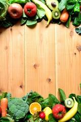 緑黄色野菜とフルーツ フレーム 木材背景