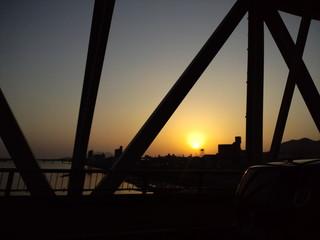 鉄橋ごしの夕陽
