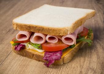 Sandwich de lechuga,jamón y queso