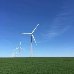 Paysage avec des éoliennes