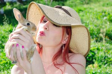 Ragazza bacio un coniglio