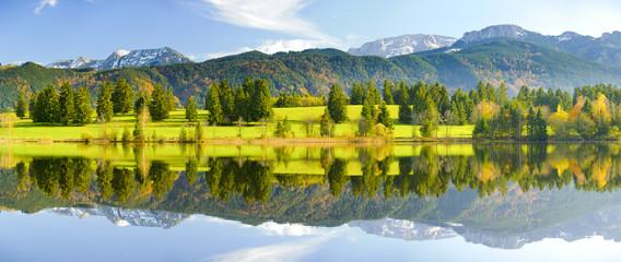 Panorama Landschaft in Bayern mit See und Alpen bei Füssen