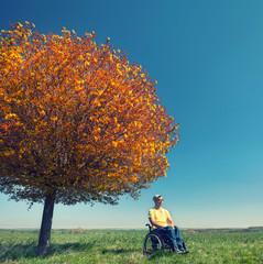 Rollstuhlfahrer genießt die Natur