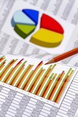 Finanzen mit Chart, Zahlentabelle und Rotstift