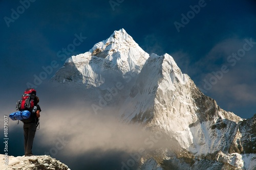Fotobehang Bergen Evening view of Ama Dablam with tourist