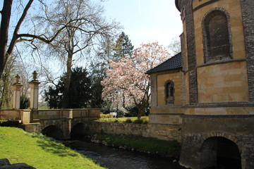 Eine Brücke in einem Kloster