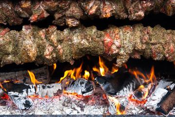 Fleischspieß über offenem Feuer