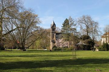 Ein Park mit einer Kapelle